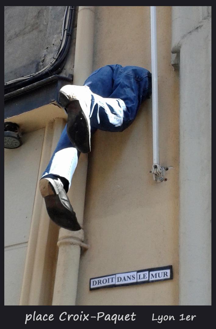 droit dans le mur street art
